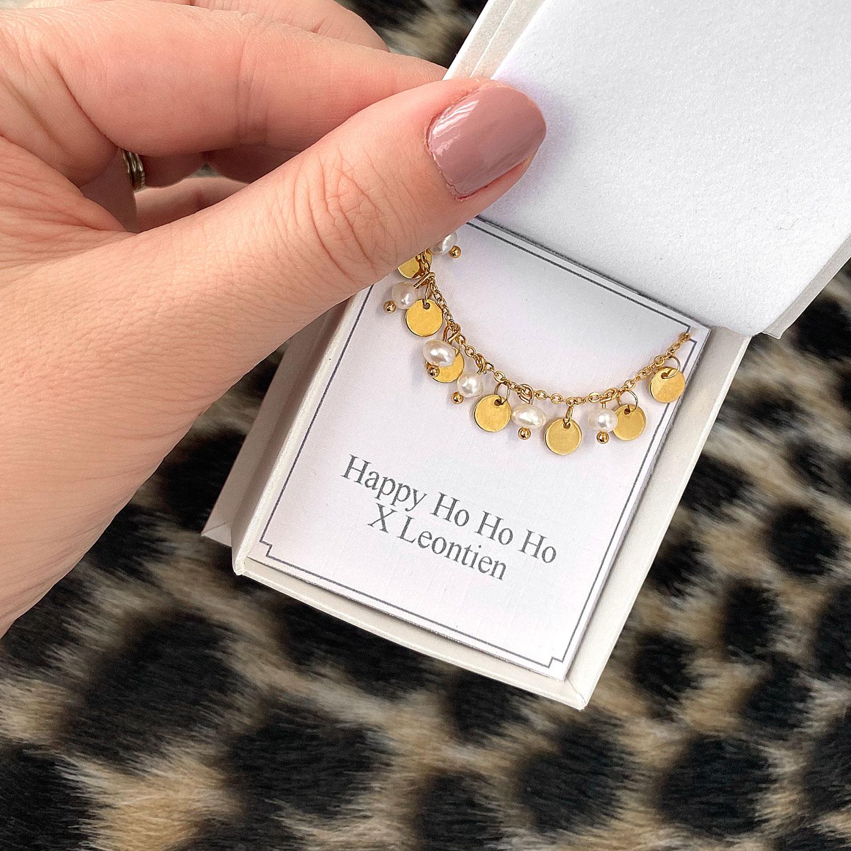 Gouden armband met pareltjes in een sieradendoosje