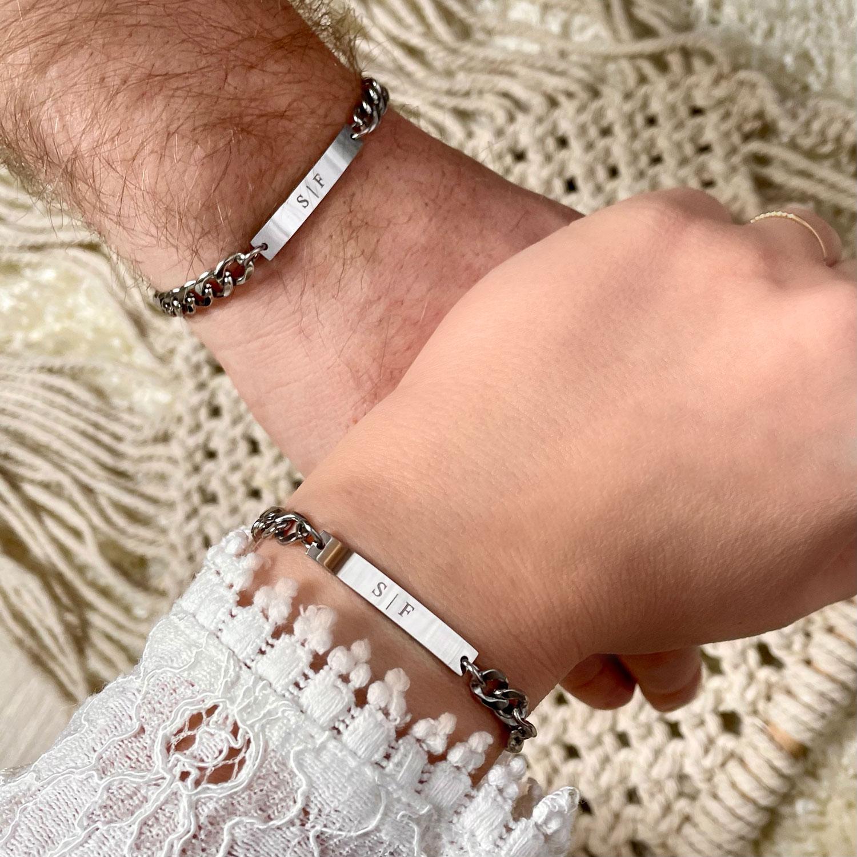Man en vrouw samen met hun koppel armbanden