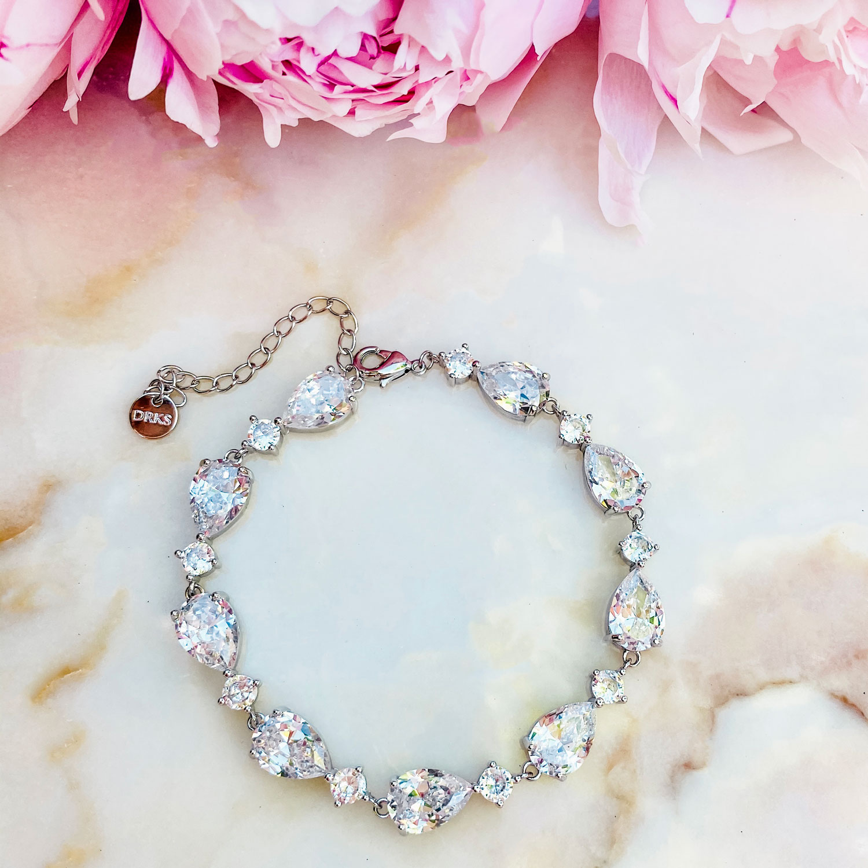 Mooie zilverkleurige armband met steentjes voor de bruid