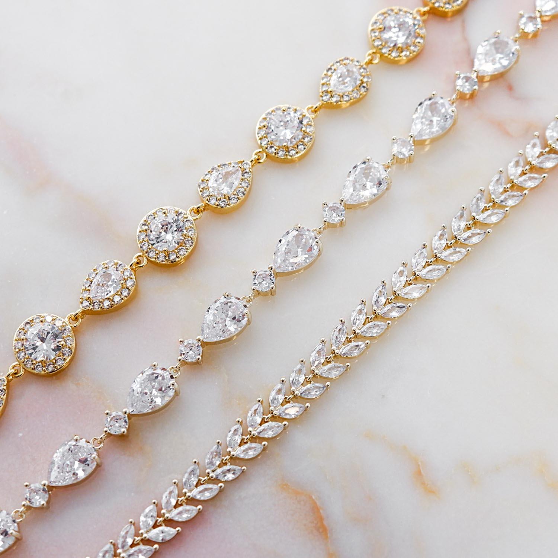 Mooie armbanden voor de bruid op een marmer plaatje