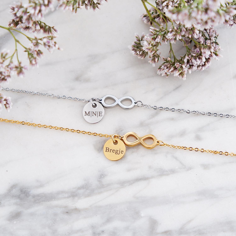 Leuke armband met infinity tekens op een marmeren plaatje