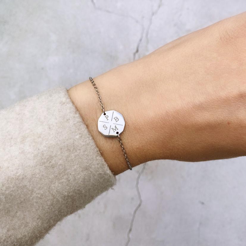 Zilveren vier initialen armband met wollen jas