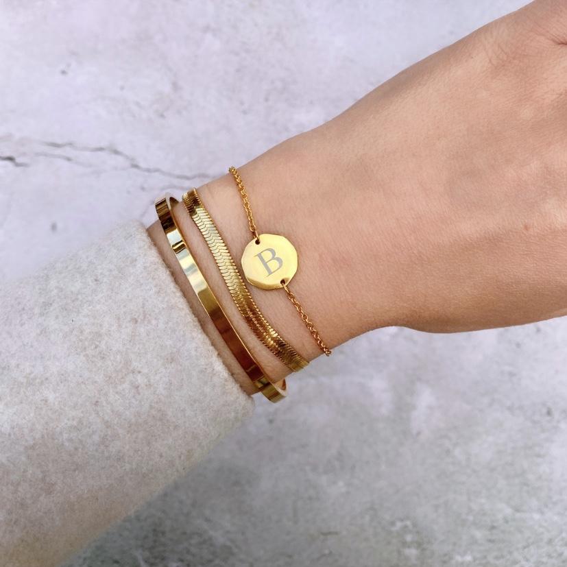 Gouden bangle met platte armband en initial armbandje