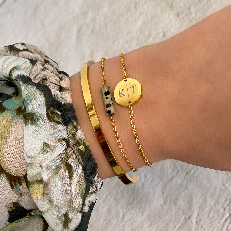 Trendy armbanden in een gouden kleur om de pols