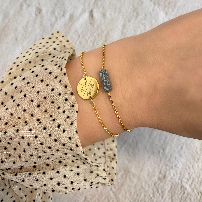 Armparty met initialen armband en armband met grijs steentje