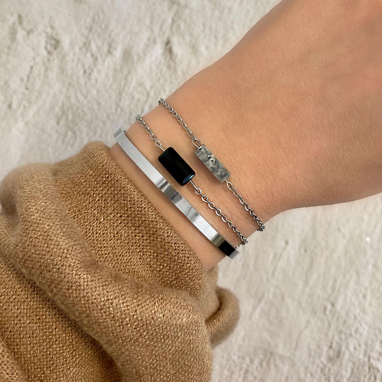 Armbanden met elkaar gemixt in de kleur zilver