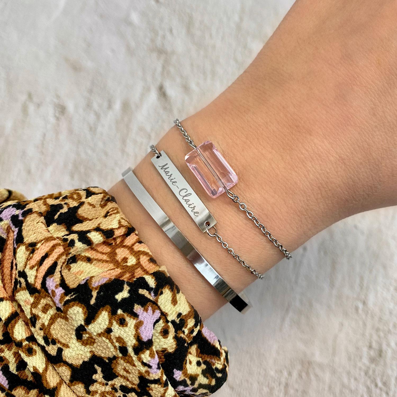Mooie armband met een roze steen om de pols