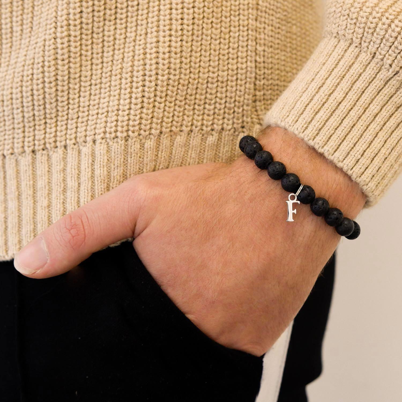 Stoere kralen armband om de hand voor een trendy look