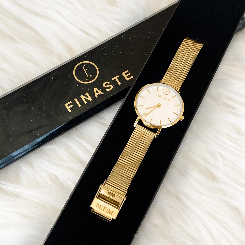 Gouden horloge met gravering in sieradendoosje