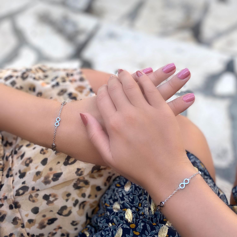 Moeder en dochter dragen deze mooie armbandjes om de pols