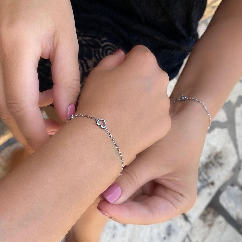 Hartjes armband om de pols voor de moeder en dochter