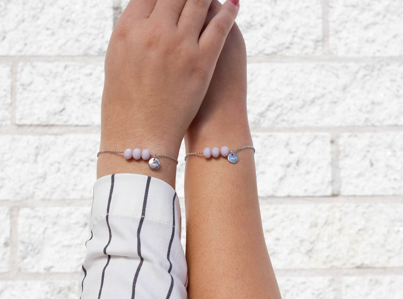 Moeder en dochter dragen de charming bracelet samen