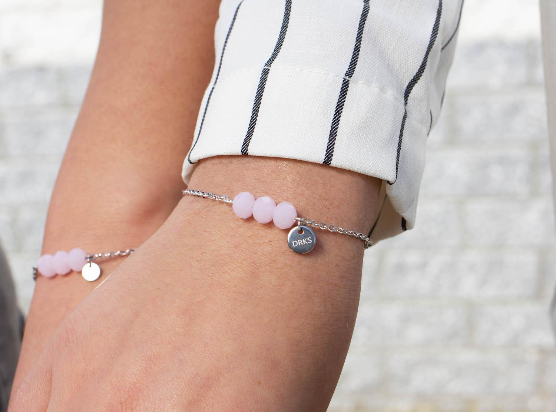 Moeder en dochter met de charming bracelet in het roze