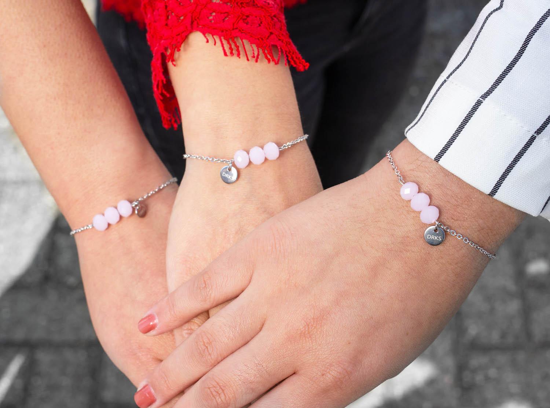 Drie generaties met de charming bracelet in het roze