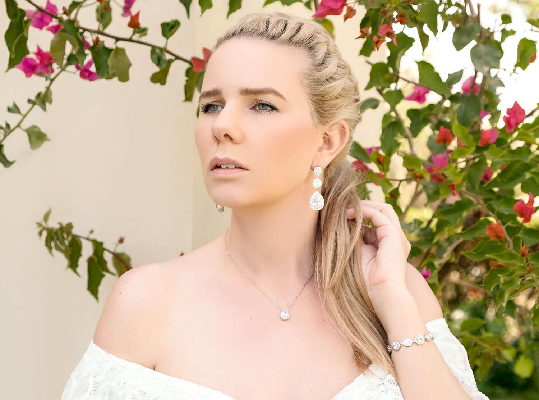 Vrouw draagt mooie oorbellen in het oor voor haar dag