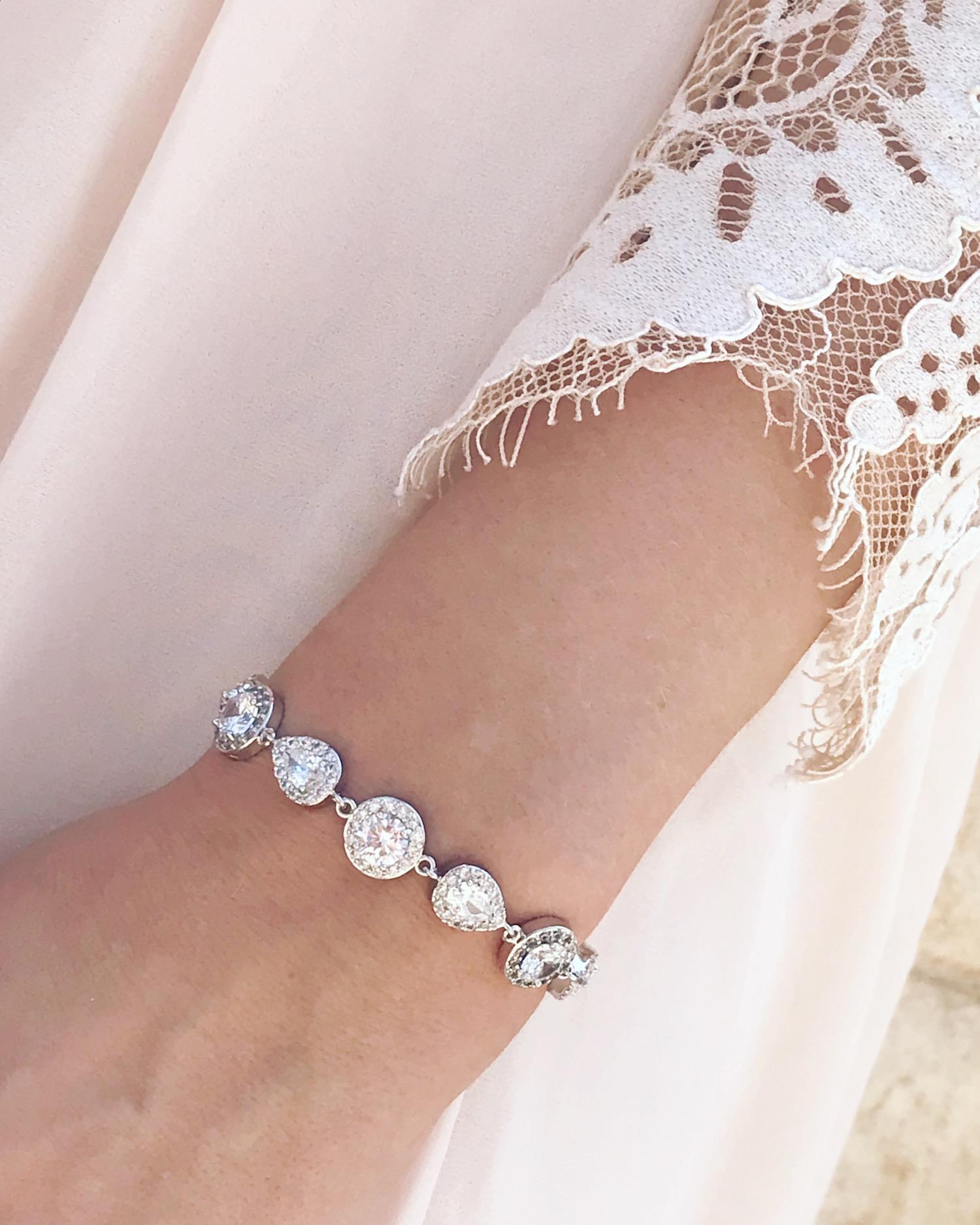 bruid draagt zilveren armband met zirconia