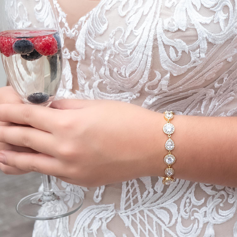 Vrouw draagt een mooie gouden daily luxury armband voor een complete look