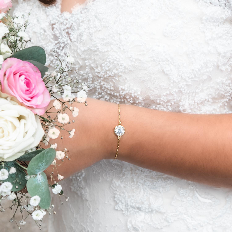 Gouden armband met steentje om de pols