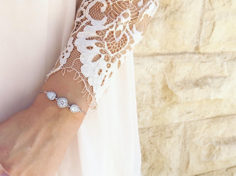 DRKS armband om pols van bruid met witte kanten jurk