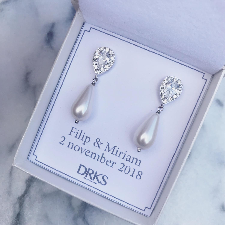 Elegante oorbellen van DRKS in sieradendoosje met persoonlijke tekst