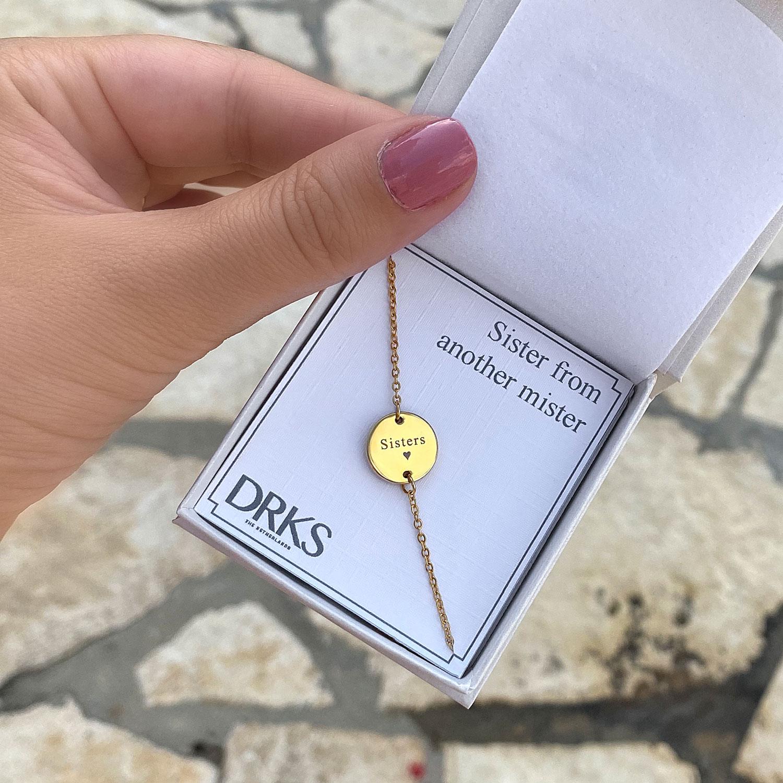 Gouden armband in een sieradendoosje met persoonlijke tekst