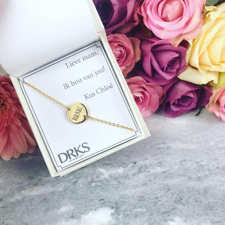 Graveerbare armband in het goud met bloemen