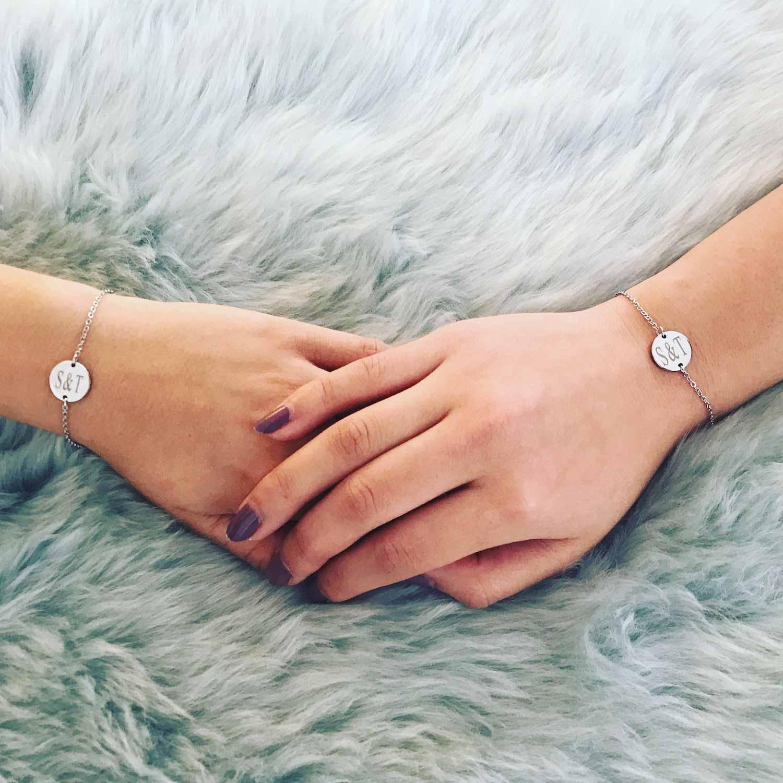 Vrouwen dragen graveerbare armbanden om de pols