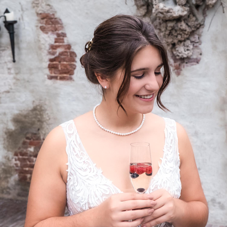 Bruid draagt een mooie parel ketting voor haar grote dag