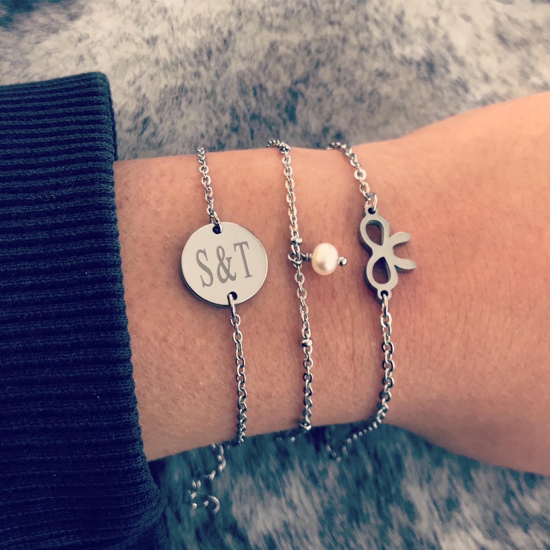 Combinatie van zilveren armbandjes op vachtje
