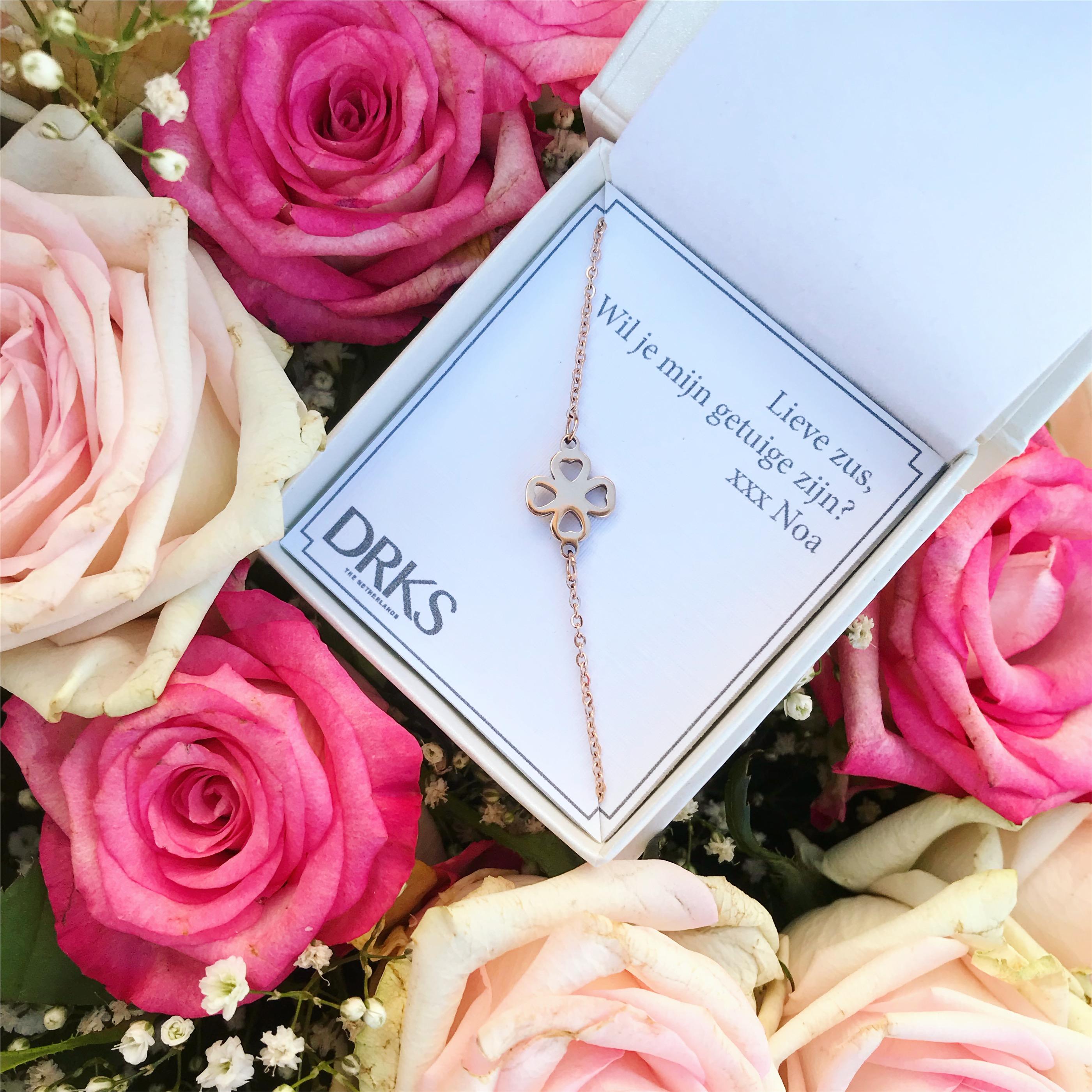 clover armband in rose goud in sieradendoosje