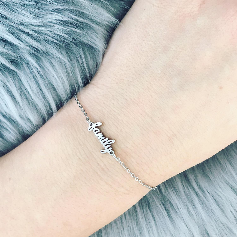 Zilveren family armband om arm
