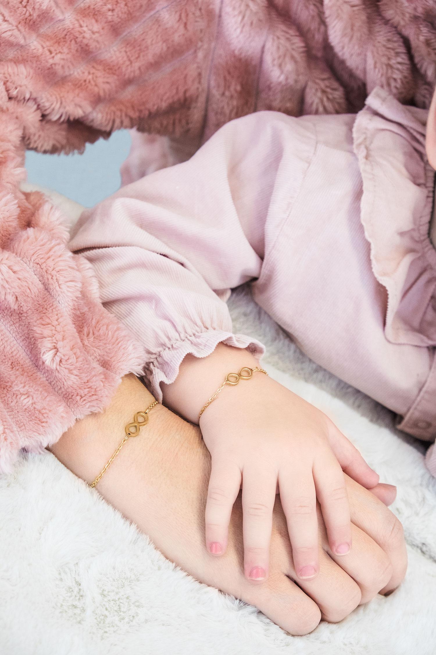 Gouden infinity armband voor bij de moeder en dochter om de pols