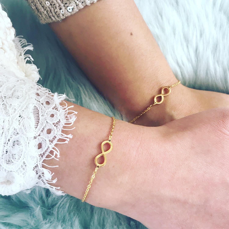 Moeder en dochter dragen de goud kleurige infinity armbanden