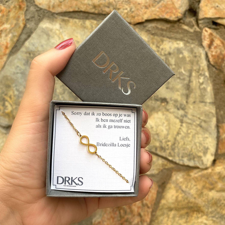 gouden armband in een sieradendoosje met een persoonlijke tekst