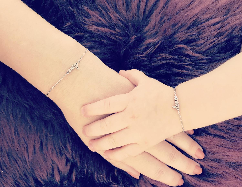 Zilveren moeder en dochter armbandjes met love