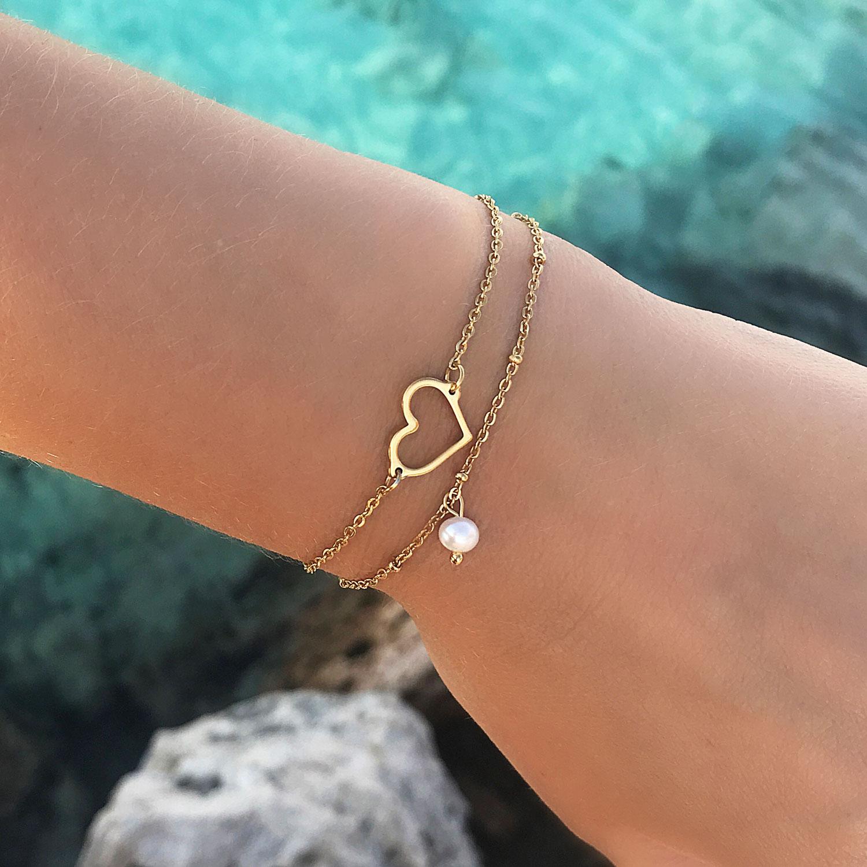 mooie armband met hartje en minimalistische parel om de pols