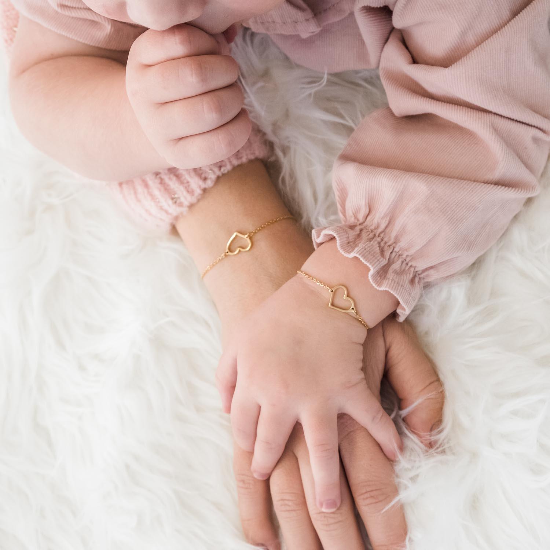 Gouden armband om de pols om te delen met jouw kind