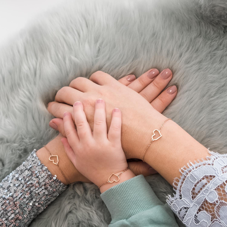 Rose gouden armband om de pols voor een complete look
