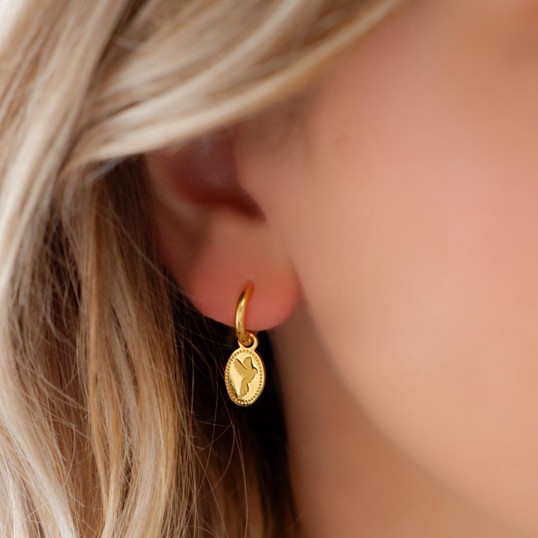 Mooie oorbellen met een bedel als hanger er aan