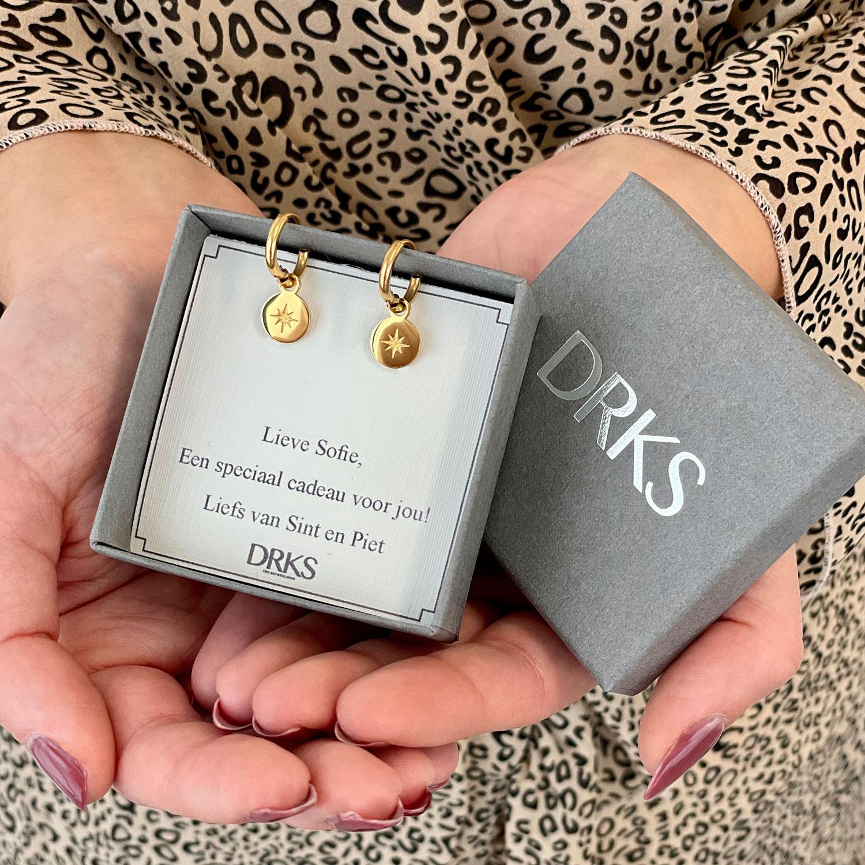 Gouden ster bedel oorbellen in sieradendoosje met persoonlijke Sinterklaas tekst