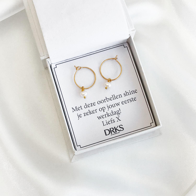 Gouden oorringetjes in een sieradendoosje