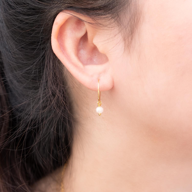 minimalistische Gouden oorringetjes met parel als hanger