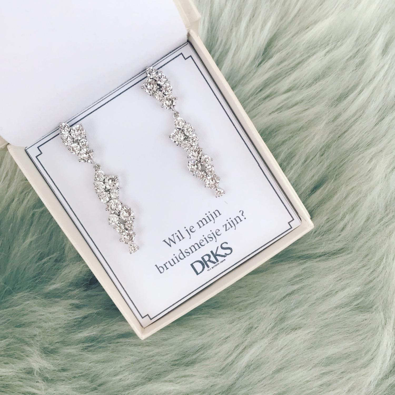 Elegante glinsterende oorbellen in sieradendoosje met persoonlijke tekst