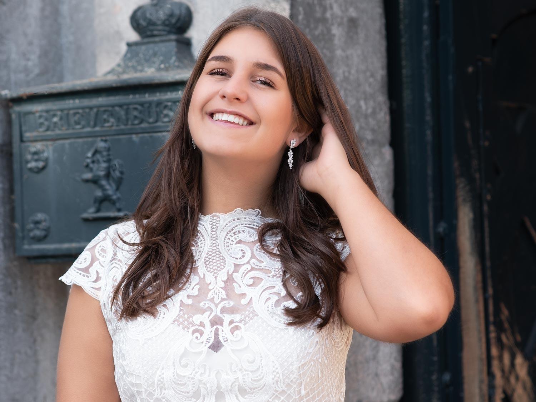 Vrouw draagt mooie lange sparkle oorbellen in het oor1