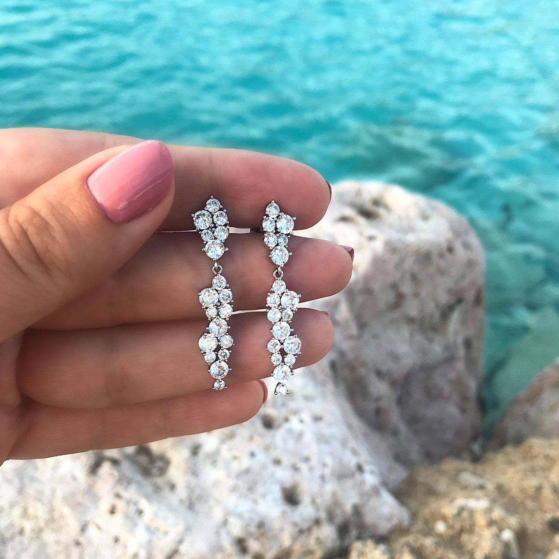 zilveren sparkle oorbellen in de hand met stenen