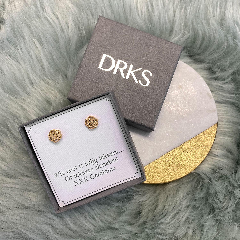 Gouden oorbellen in een sieradendoosje voor een complete look