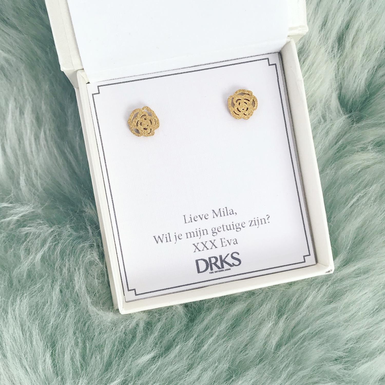 Sieradendoosje met gouden roosjes stud oorbellen met persoonlijke tekst