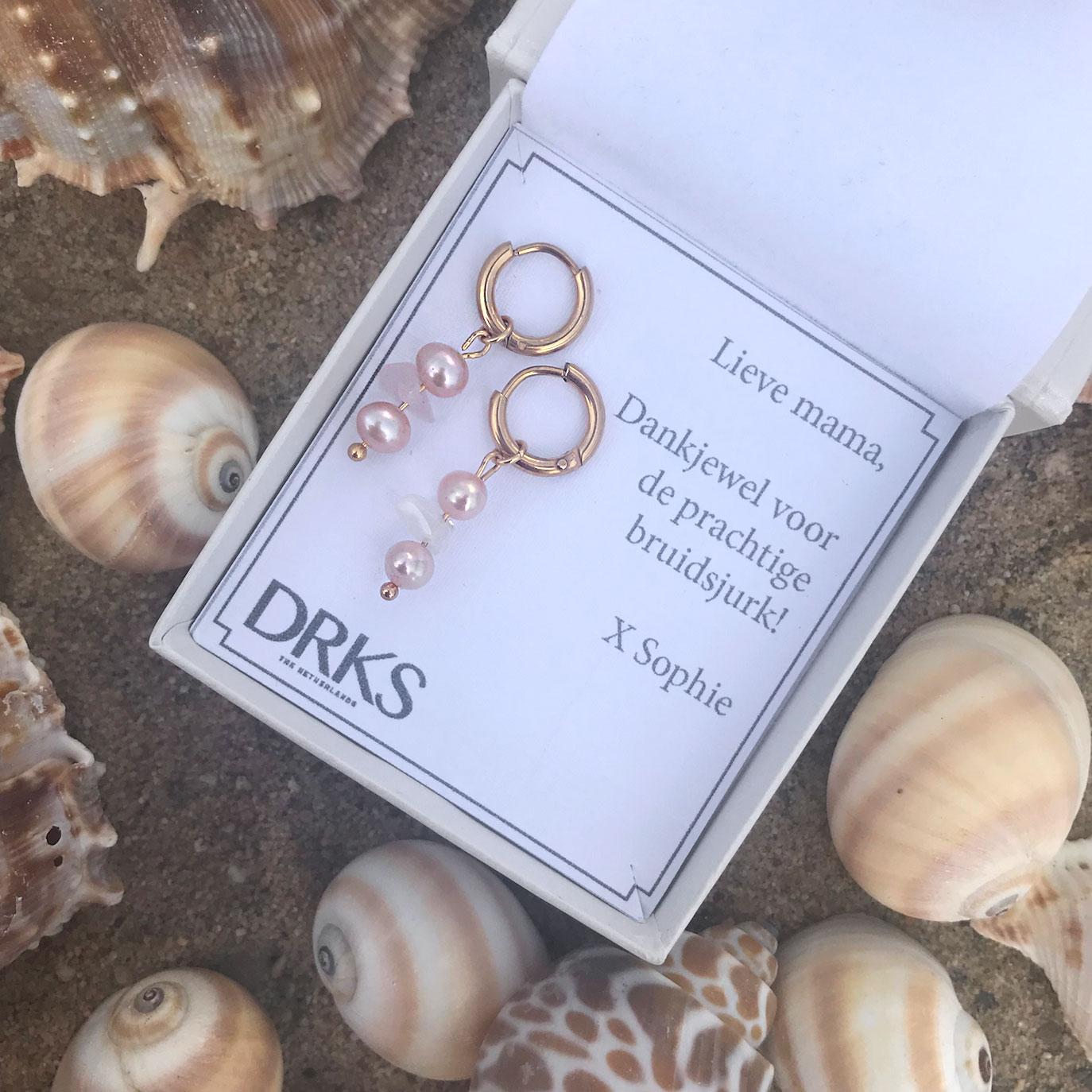 Gouden parel oorbellen met rozenkwarts in sieradendoosje als cadeautje