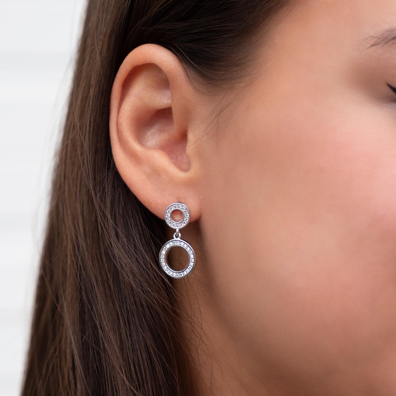 Ronde minimalistische oorbellen in het oor bij de bruid