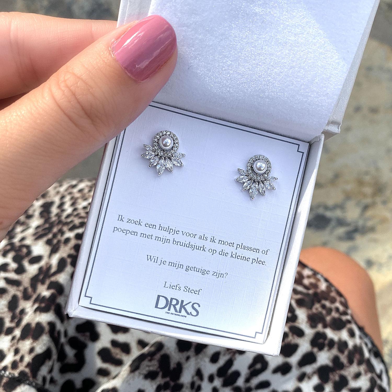 Mooie parel oorbellen in een sieradendoosje met een persoonlijke tekst